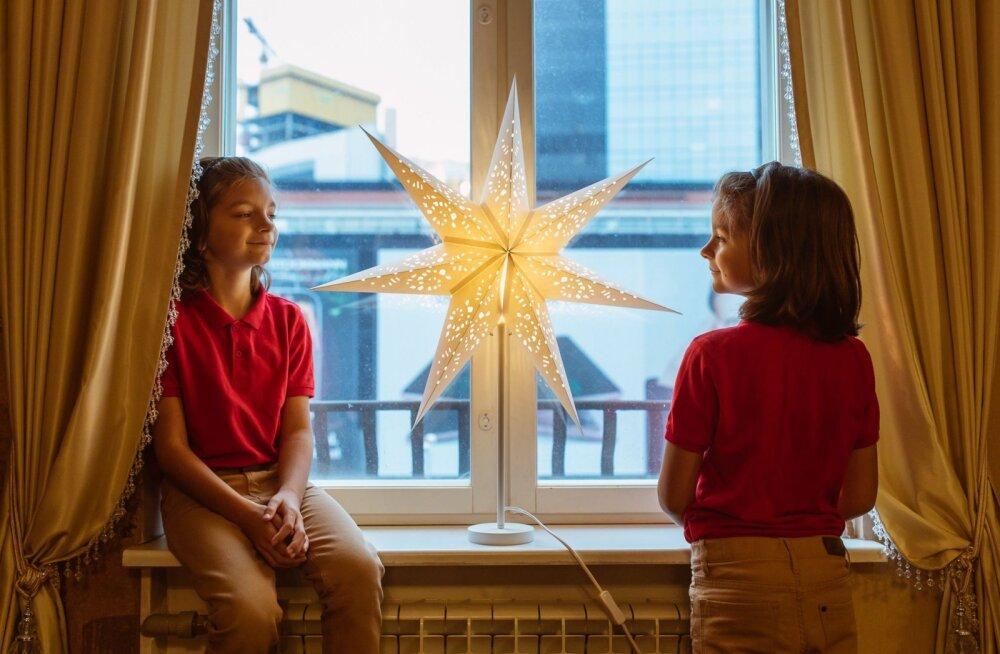 FOTOD | Tõeline jõulutunne! IKEA kaunistas jõulutähtedega ühe kesklinna ajaloolise hoone