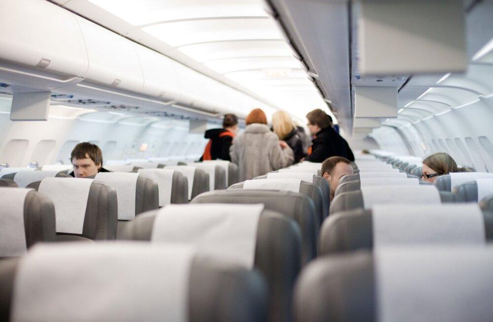 ВИДЕО | Самый неприятный сосед: пассажир решил в самолете поскоблить свои пятки