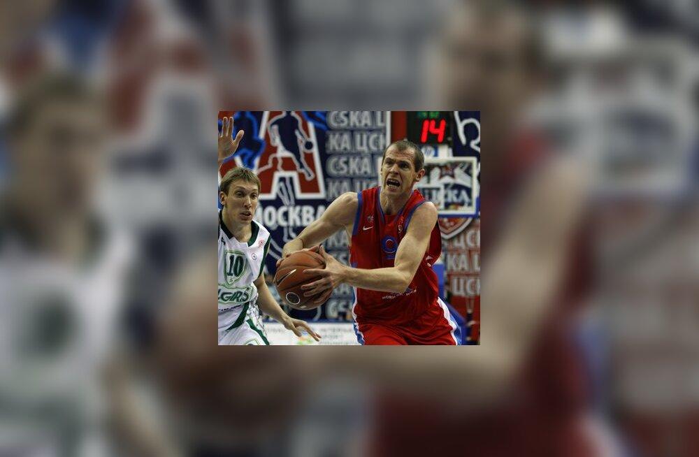 Ramunas Siskauskas (CSKA) ja Dainius Salenga (Zalgiris)