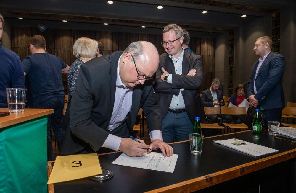 Eesti Energia juhatuse liikmed Andri Avila (vasakul) ja Margus Vals (paremal) vormistamas Tootsi tuulepargi oksjoni võitu selle aasta veebruaris.
