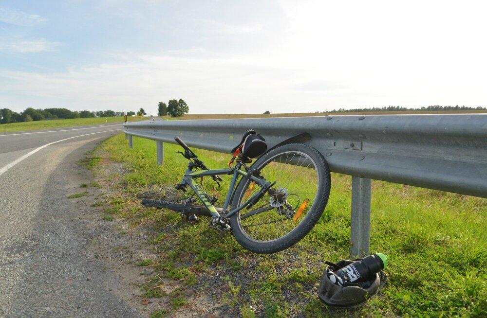 Viljandimaal jäi jalgrattur auto alla