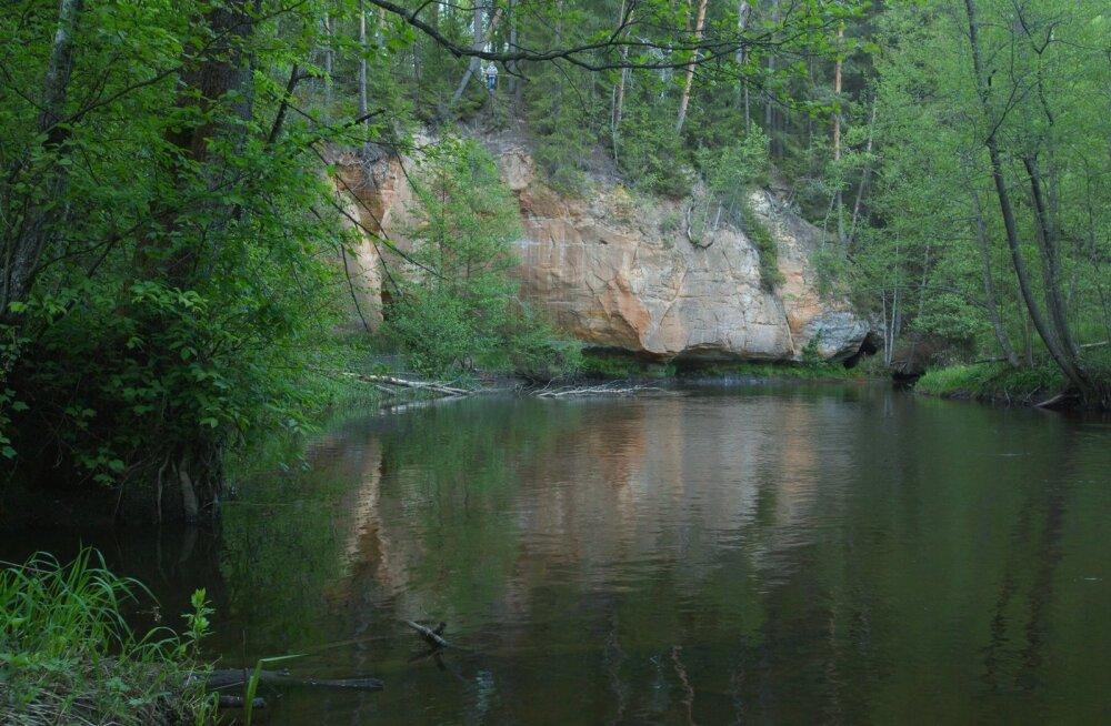 Sõjatare müür Võhandul. Sealsest Uku koopast voolab välja allikas, mille hääl vaikuses meenutab ketramist.