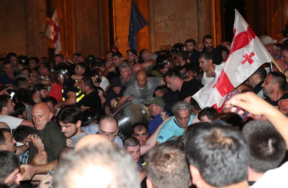 ВИДЕО: В Грузии оппозиция штурмовала парламент. Полиция разогнала митингующих резиновыми пулями и слезоточивым газом