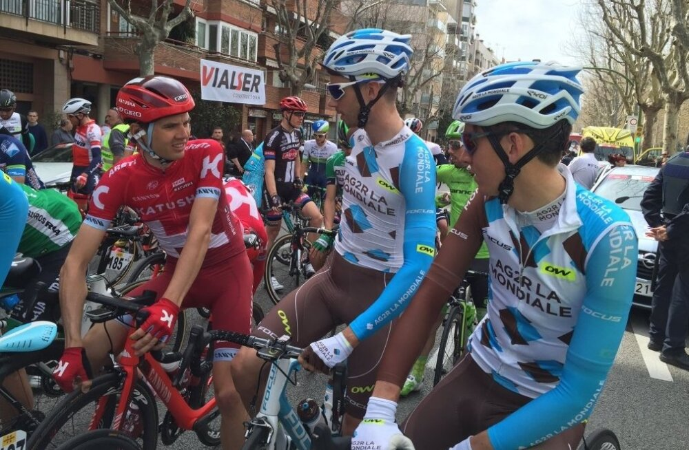 Rein Taaramäe (vasakul) Kataloonia velotuuril etapi stardis
