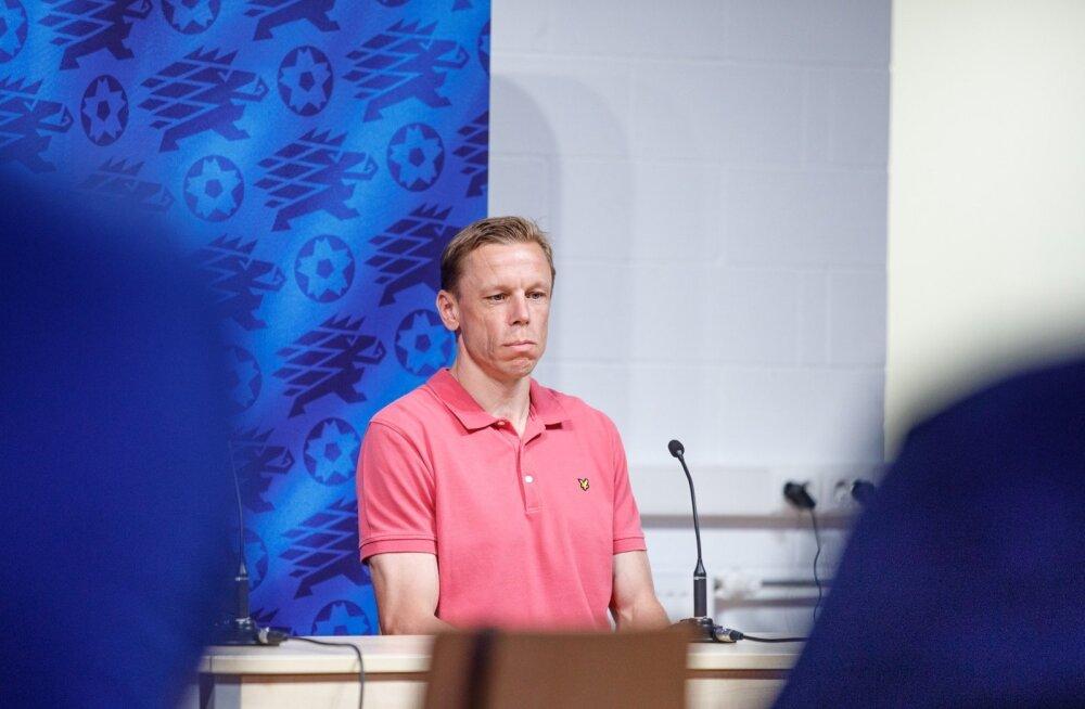 Mart Poom jalgpalliliidu pressikonverentsil