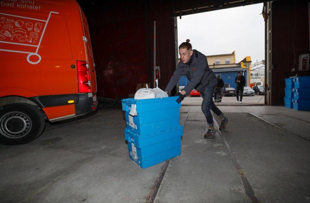 Toidukuller Kregor Kruusvald on korraga ühte koju vedanud kõige rohkem 11 kastitäit toitu. Omniva täidab viimase kolme kuu statistika põhjal keskmiselt 6000 e-poe tellimust kuus.