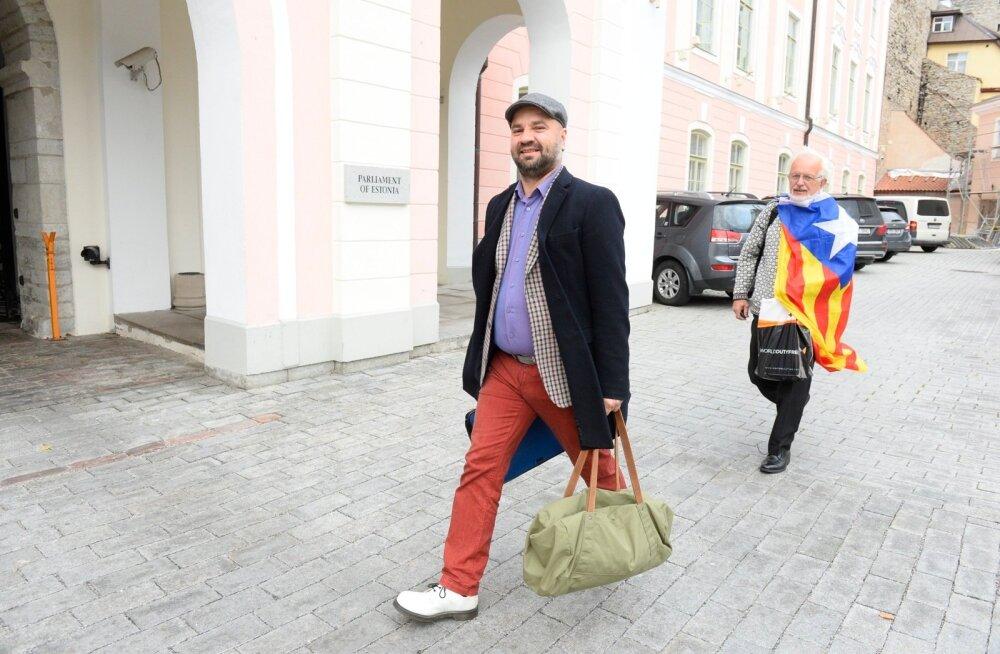 DELFI FOTOD: Esimene tööpäev: vaata, kuidas riigikogu saadikud pärast suvepuhkust Toompeale saabuvad