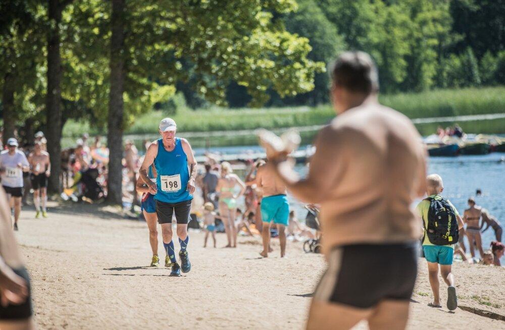 Ülekaaluline mees ja jooksev mees.