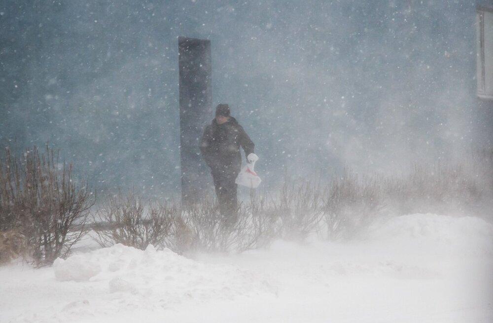 Teedel leidub lumiseid ja libedaid lõike; nähtavus võib lumesaju ja tuisu tõttu vilets olla