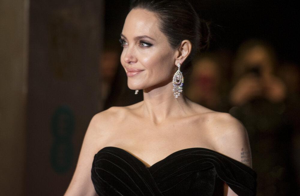 FOTOD | Imekaunis Angelina Jolie säras auhinnagalal kui miraaž kõrbes ja näitas hiiglaslikke tätoveeringuid