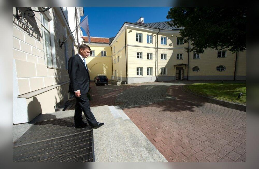 Peaminister Ansip Stenbocki maja hoovis.