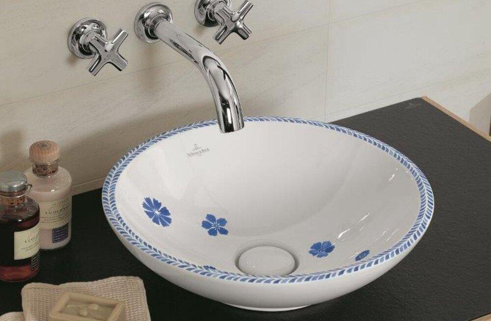 Moodsatest vannitubadest leiab ka rukkilillemustrilisi valamuid