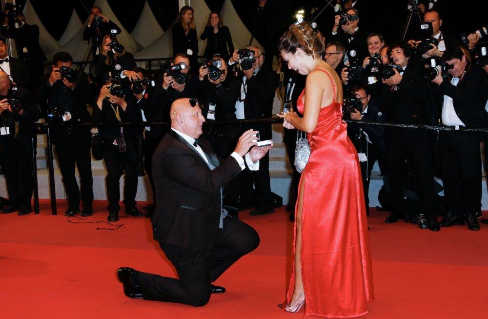 KLÕPS | Suur vanusevahe, mõned nädalad kestnud suhe ja kõmuline minevik: kes on Cannes'i punasel vaibal kihlunud paarike?