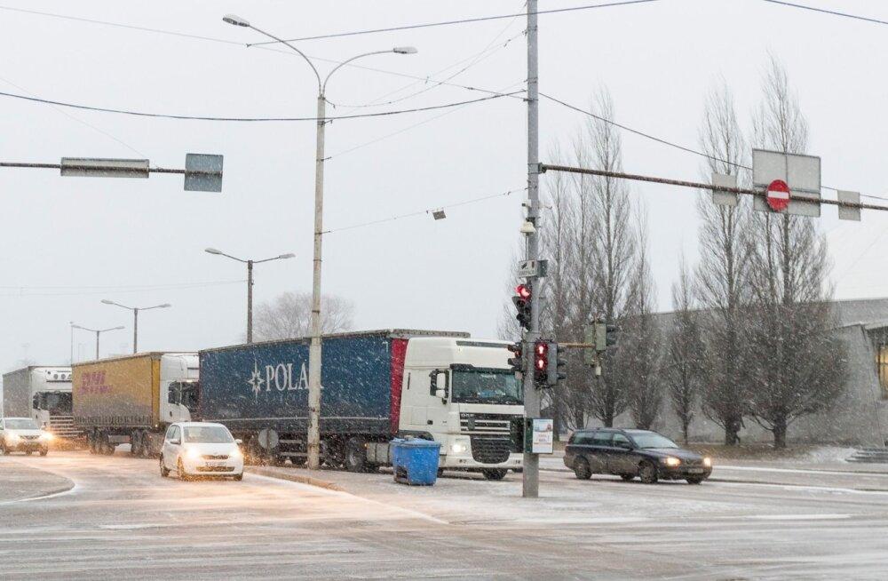 Sadamast saabuv veoautode voog tõmbab Tallinna südalinna liikluse umbe, sama probleem on ka Helsingis.