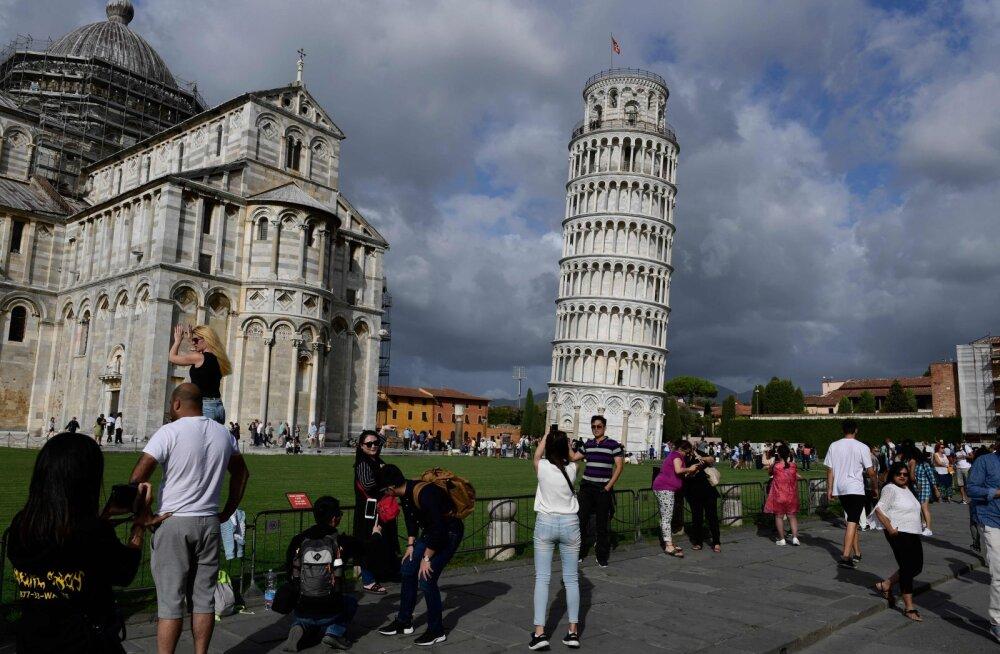 Pisa kellatorn on end sirgeks lükkamas