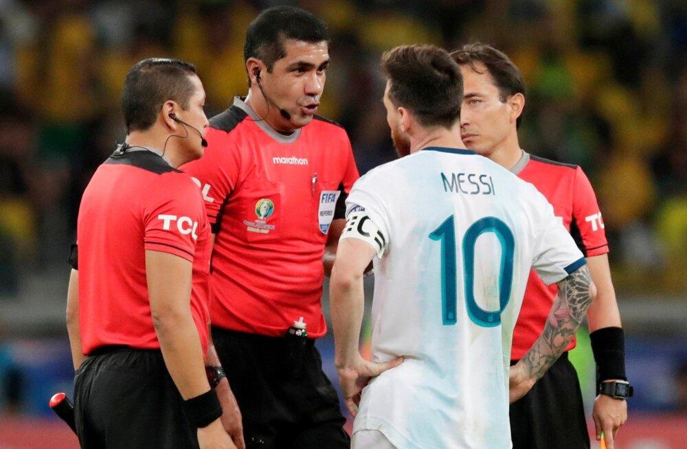 Lionel Messi mõttevahetus kohtunikega suurt tulu ei toonud.