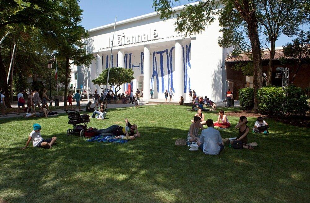 Kunsti või lihtsalt elu nautijad Giardinis biennaali keskpaviljoni ees
