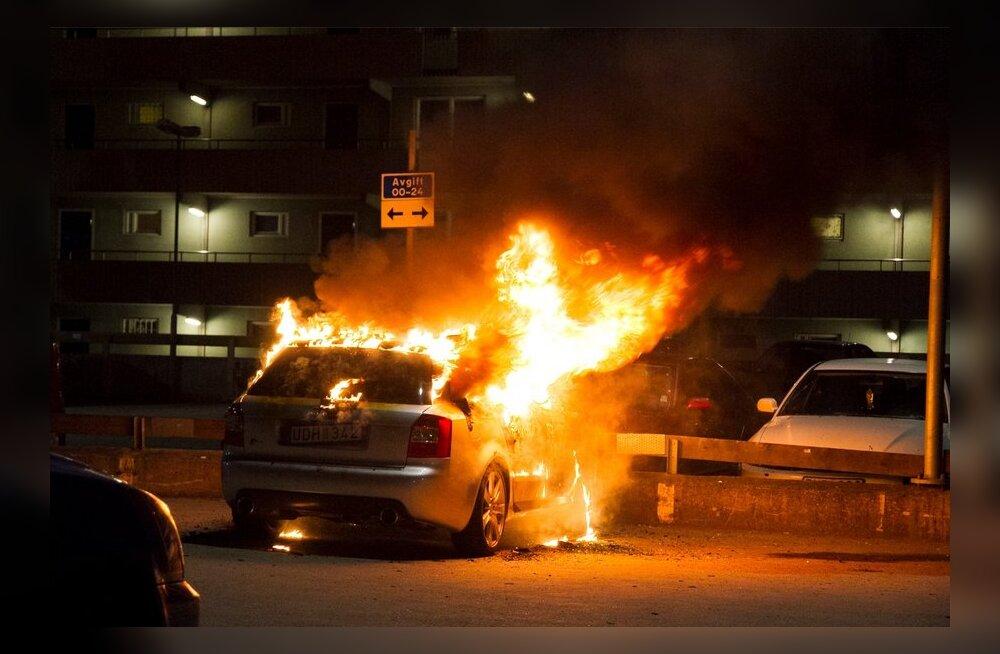 DELFI VIDEO ja FOTOD STOCKHOLMIST: Husbys põlesid öösel taas autod