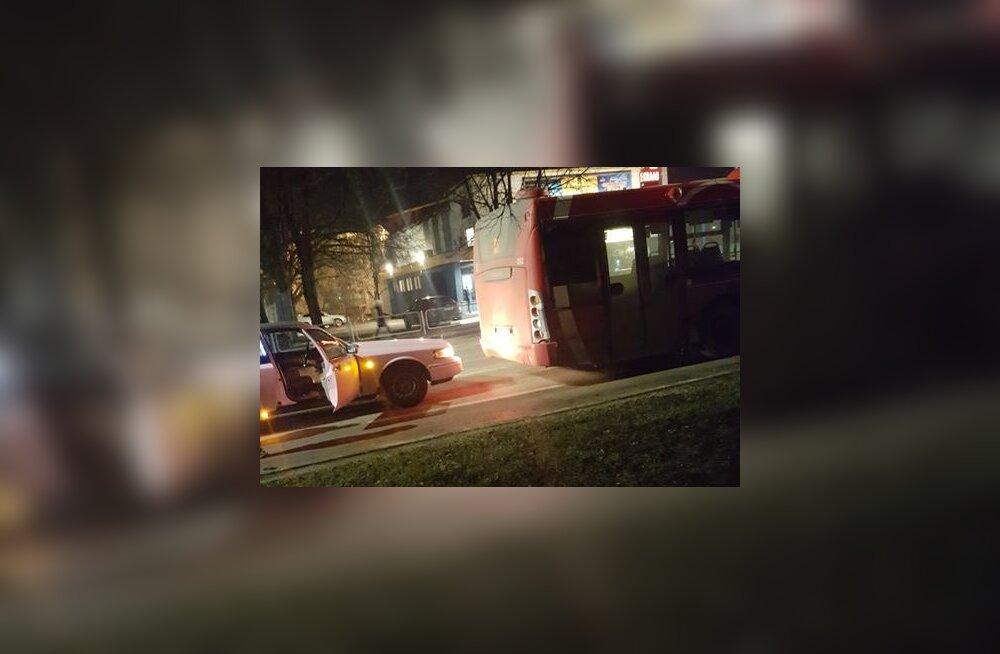 FOTO | Tartus põrkasid kokku limusiin ja liinibuss