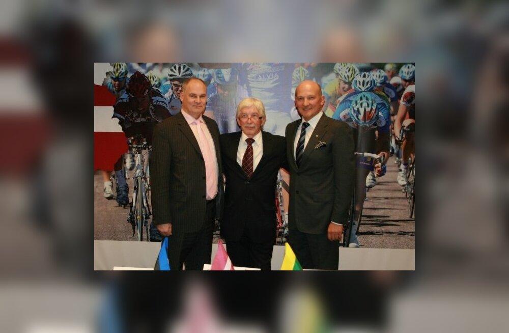 Balti riikide Jalgratturite Liidu presidendid Jaan Toots (vasakult), Girts Rorbaks ja Romualdas Bakutis