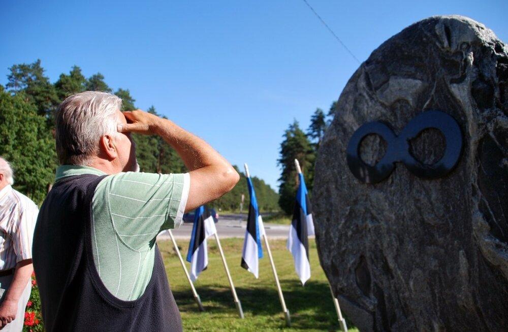 """Kiviaja küla """"väravas"""" avati aja kivi"""