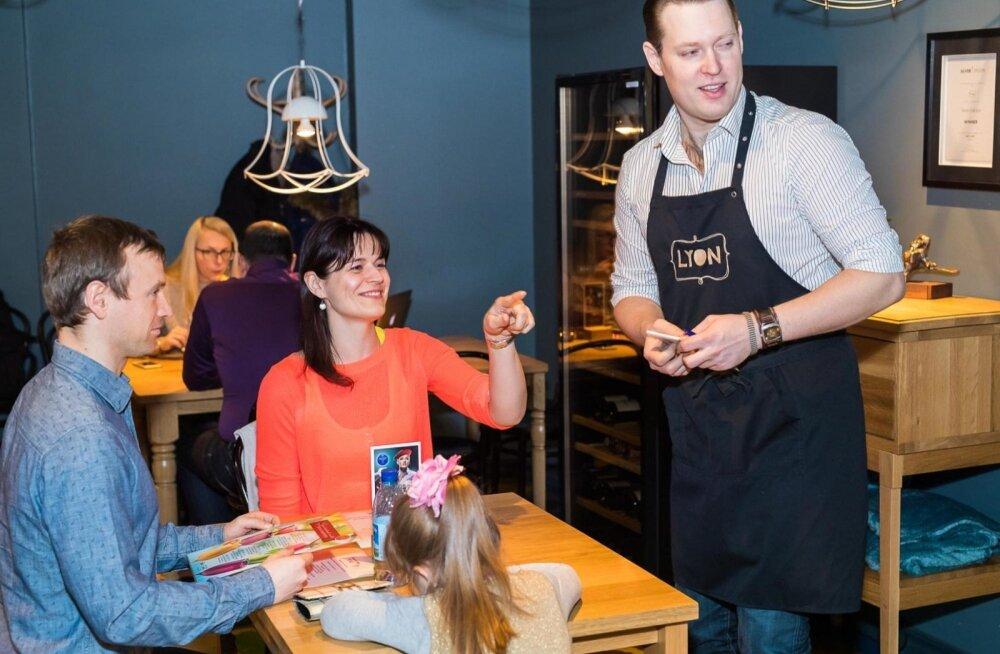 Laulja Kalle Sepp teenindas Cafe Lyonis täismaja