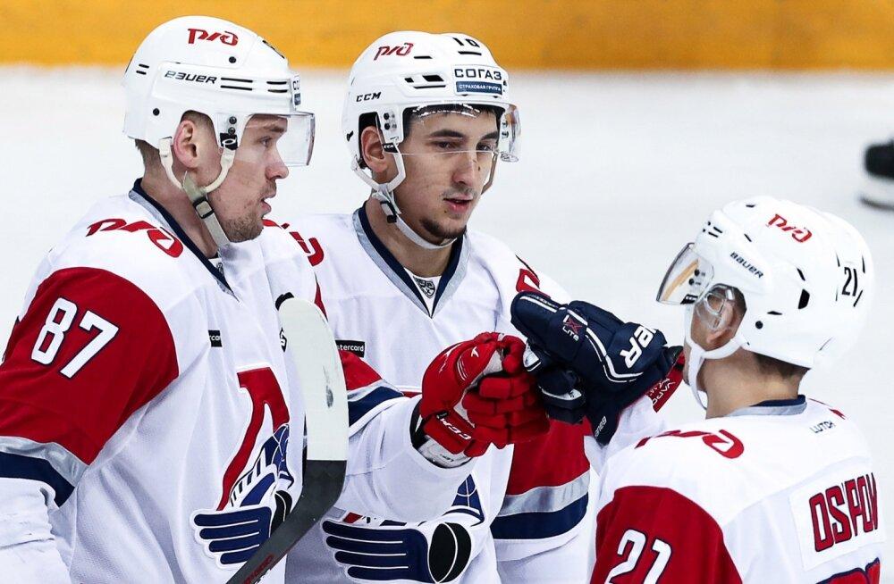 Artur Kaiumov (keskel) peab pikalt mänge kõrvalt vaatama