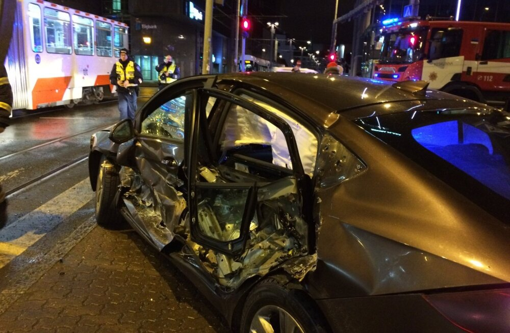 ФОТО: У Stockmann столкнулись трамвай и легковой автомобиль, водитель которого пропал с места аварии