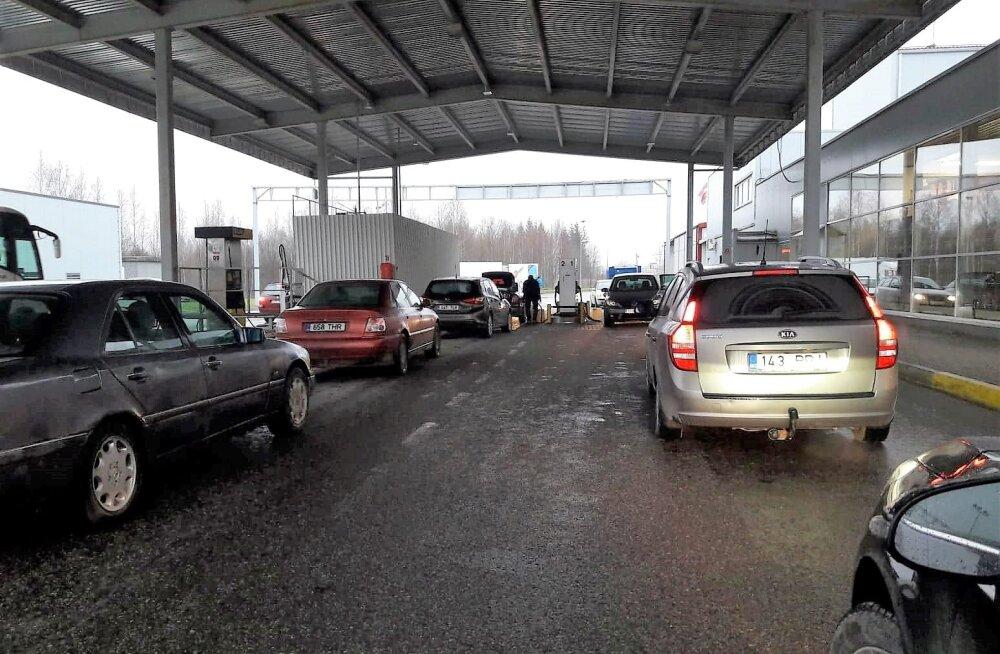FOTO | Madalam kütuse hind tekitab piirilähedastes Läti tanklates eestlastest pikad järjekorrad