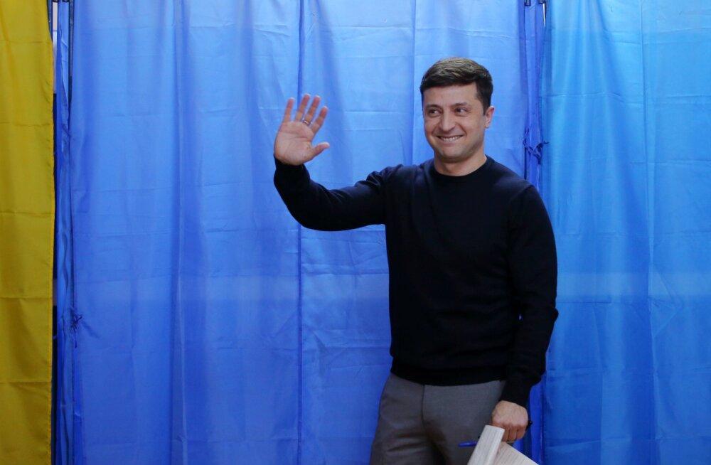 Данные экзитполов: во второй тур выборов на Украине выходят Зеленский и Порошенко