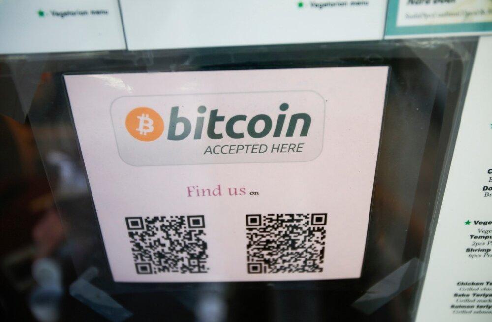 Bitcoinimaksmisest teavitav silt restoraniuksel USAs