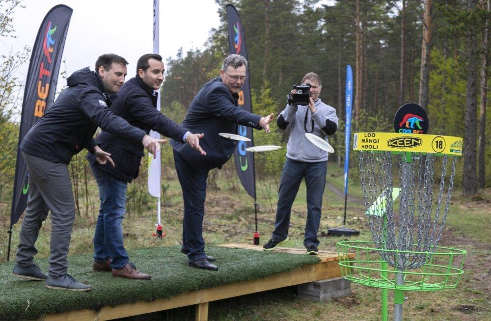 В Ярвеском лесу открыли парк для диск-гольфа