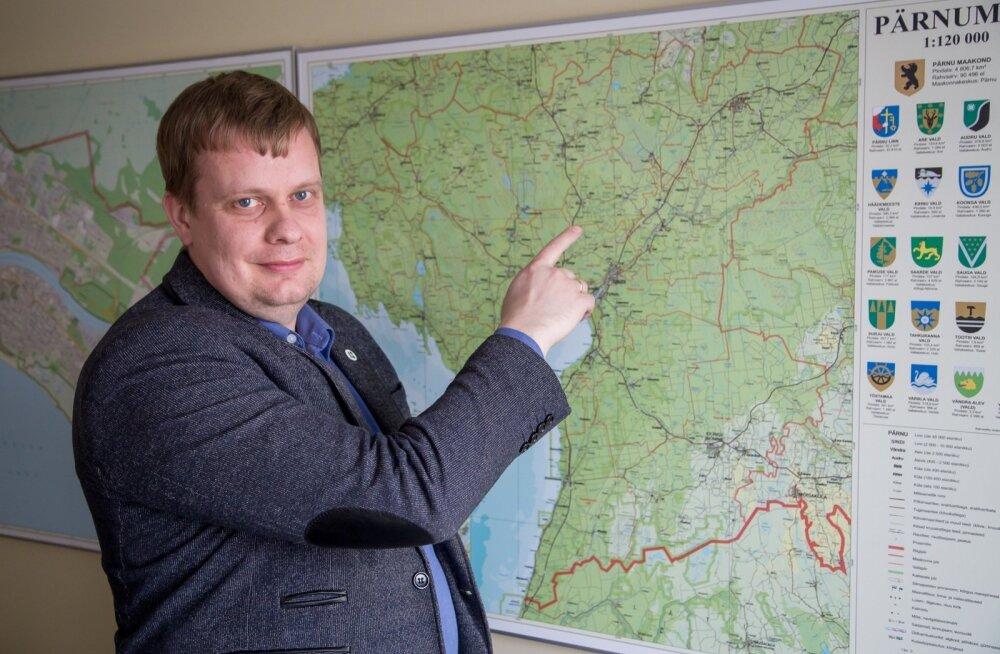 Kalev Kaljustel on suur kohalike omavalitsuste juhtimise kogemus. Kaardil näitab ta Tootsit, kus ta oli vallavanem ja volikogu esimees. Pärast seda oli ta Pärnu maavanem ja praegu töötab rahandusministeeriumi regionaalhalduse osakonna Pärnu talituse juhat