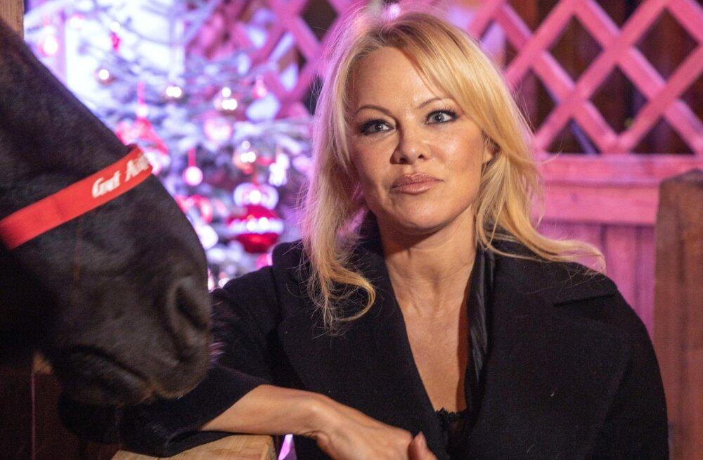 KUUM KLÕPS | Fantaasiale ruumi ei ole! 52-aastase Pamela Andersoni rinnad ähvardasid suvisest trikoost välja hüpata