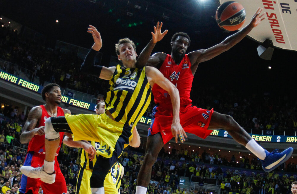 Jan Vesely (Fenerbahce) ja Othello Hunter (CSKA)