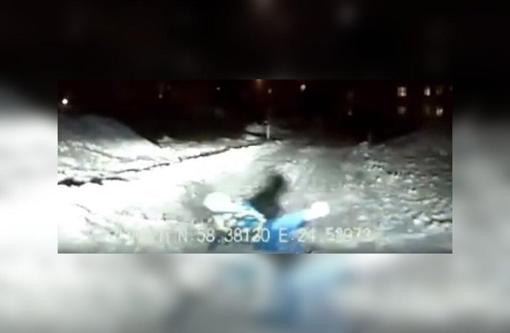ВИДЕО: Спасло лишь чудо! Дети съезжают на санках с горки прямо на дорогу