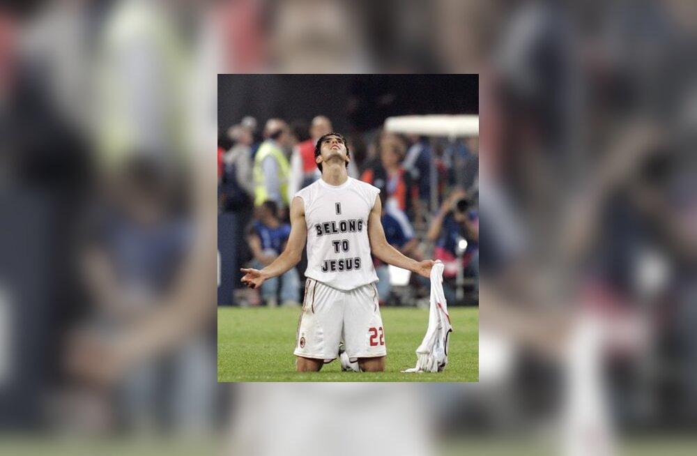 AC Milani tähtmängija Kaka pärast Meistrite Liiga võitu tänamas jumalat