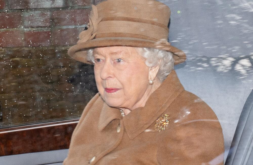 """Kuningliku pere lähikondlane: kuninganna on prints Harrys ja Meghanis pettunud, sest """"nad käituvad nagu teismelised"""""""