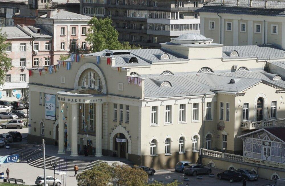 """Päev pärast siberlaste festivali lõppu sõitis Novosibirski teater Krasnõi Fakel Viini Euroopa tuntuimale teatrifestivalile, kaasas Timofei Guljabini lavastus """"Kolm õde"""". Nüüdseks on teada, et Austria publik võttis lavastuse vastu ovatsioonidega."""