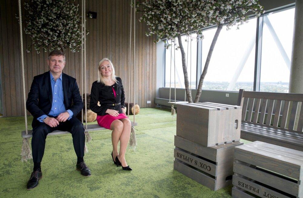Dan Strömberg ja Kirke Saar Telia peakorterisse ehitatud looduslähedases koosolekuruumis, kust avaneb miljonivaade Tallinna lahele.