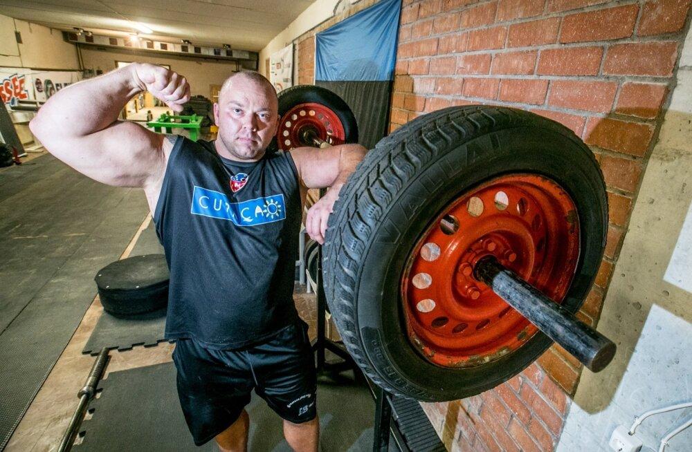 Eesti mees! Marko Remliku treeninguid seirab sinimustvalge.