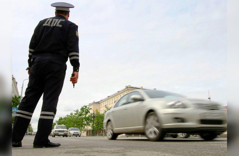 Politseinikku auto kapotil vedanud uljaspea pandi aastateks vangi