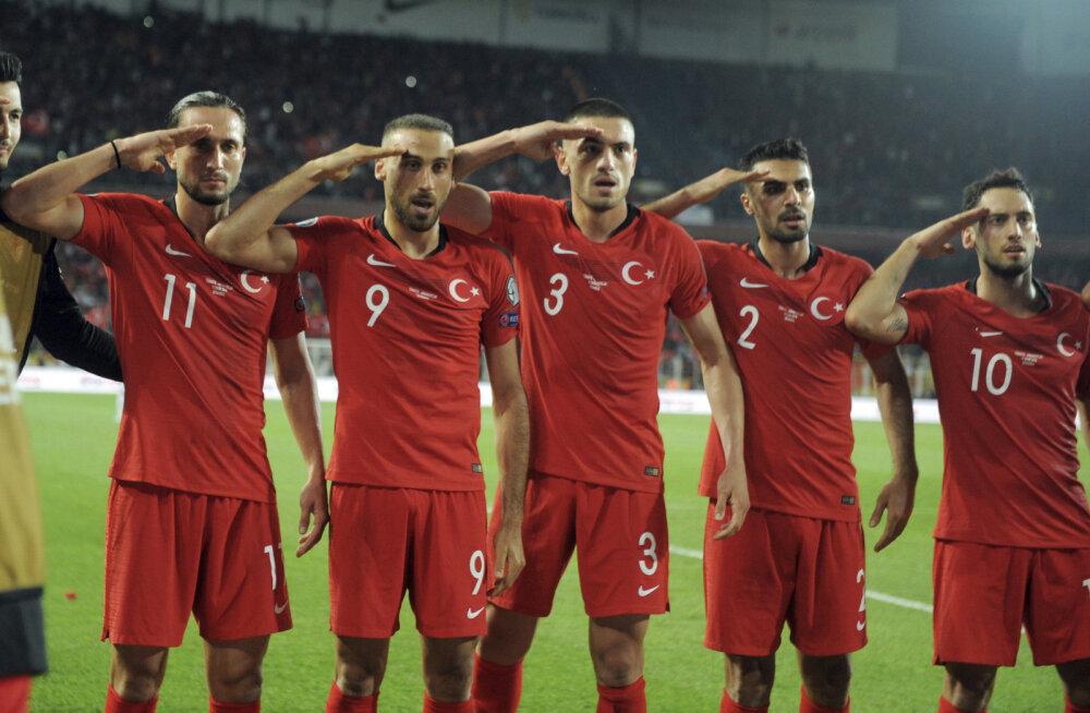Турецкие футболисты празднуют гол в ворота Албании