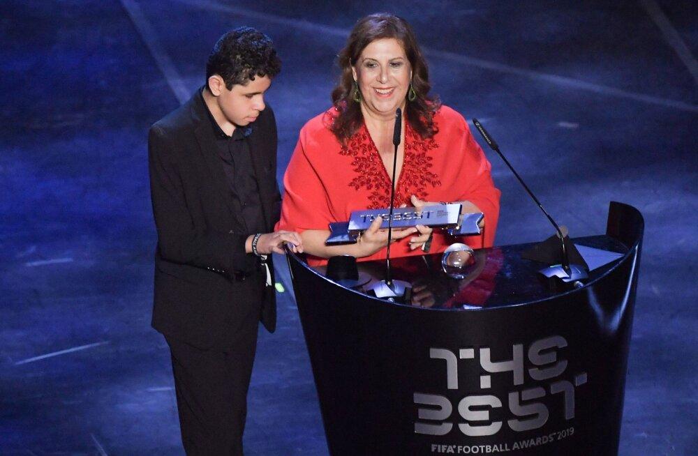 До слез. Мама комментировала футбол слепому сыну и получила за это награду от ФИФА