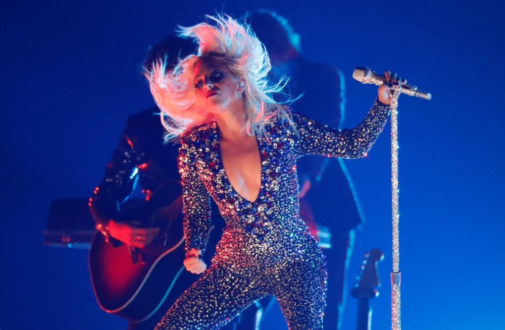 VIDEOD | Lady Gaga kukkus selg ees lavalt alla! Fännid: me arvasime, et ta on surnud