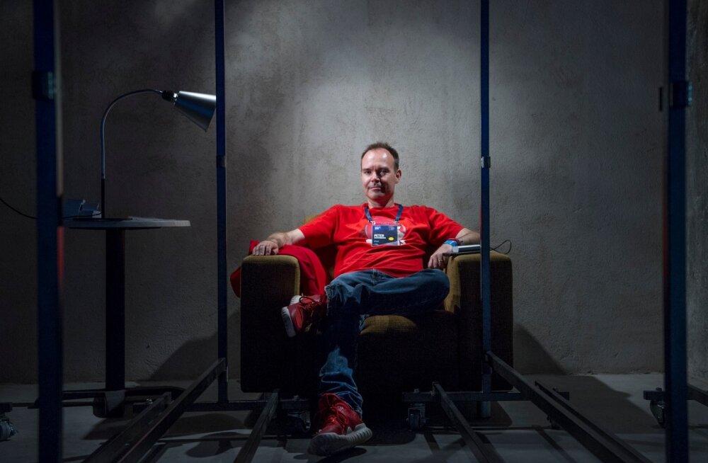 a2bab145f9f Peter Vesterbacka oma vihase linnu pildiga T-särgi ja pusaga on kõndiv  reklaam Angry Birdsi