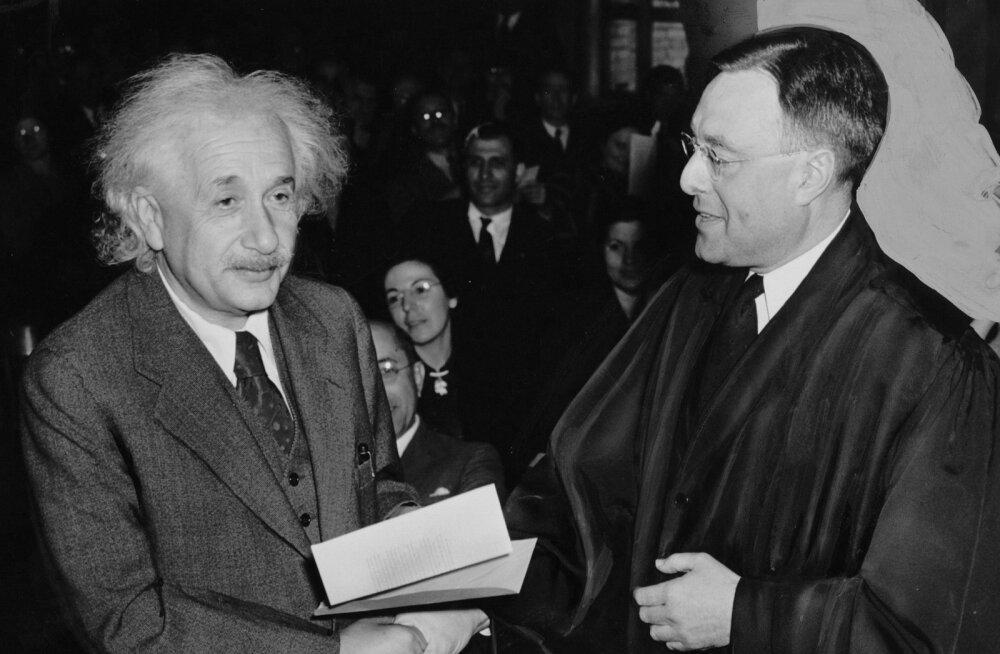 Albert Einstein (vasakul) saab kohtunikult USA kodakondsuse tunnistuse