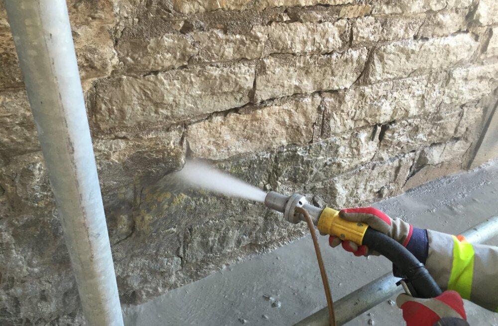 Soovid pinnad kiiresti puhtaks saada? Vaata, millal valida liiva-, sooda- või klaasiprits