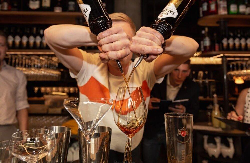 Кто быстрее сделает коктейль из Vana Tallinn? В конкурсе барменов победил австриец, второе место у эстонки