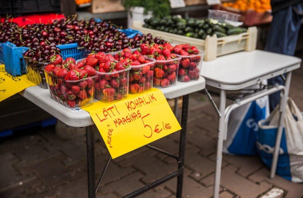 Kohalik läti maasikas Tartu avaturul